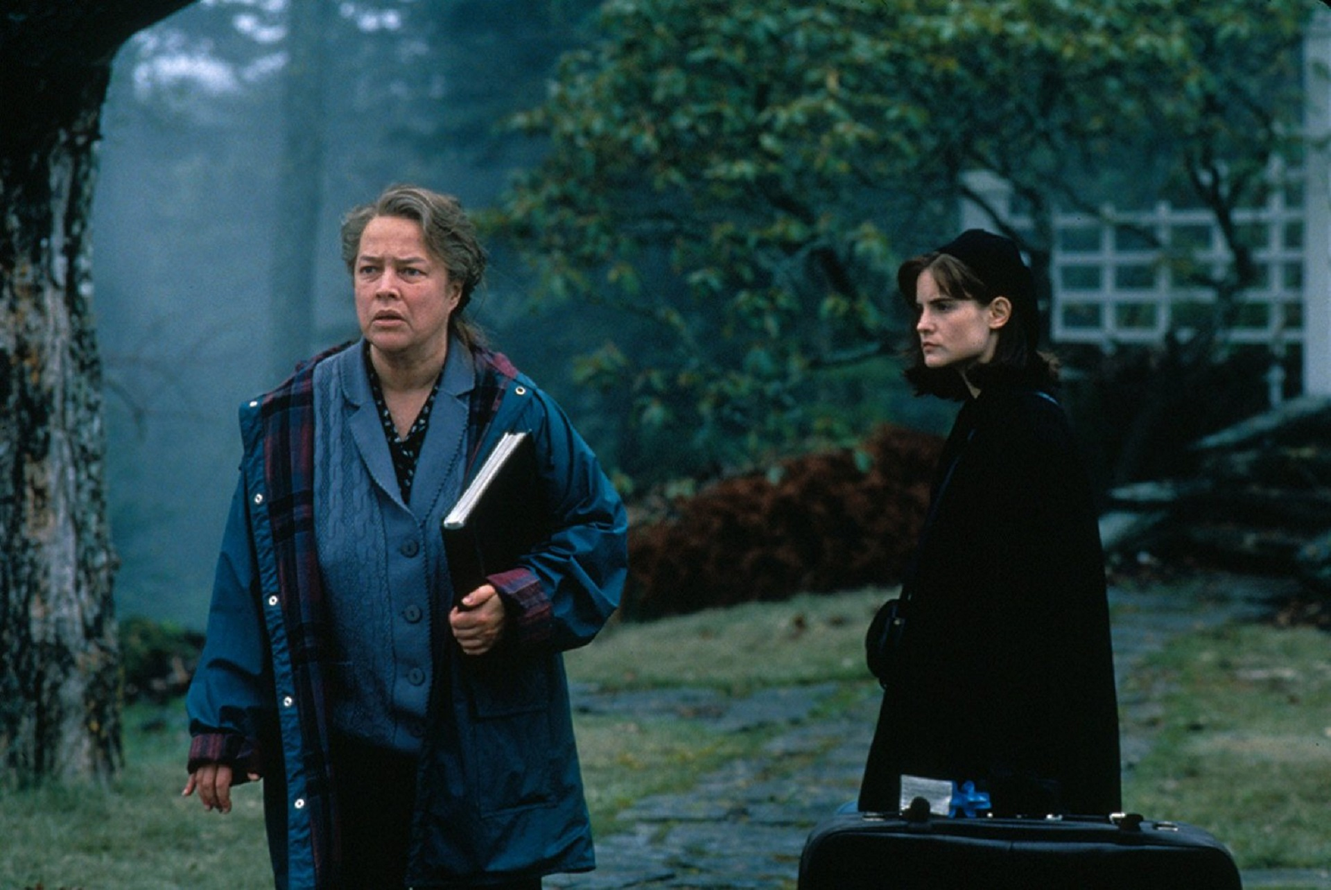 Kathy Bates mit Jennifer Jason Leigh in Dolores; Copyright: Columbia Pictures / Warner Home Video