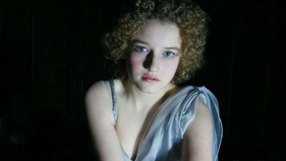 Julia Garner - Portrait