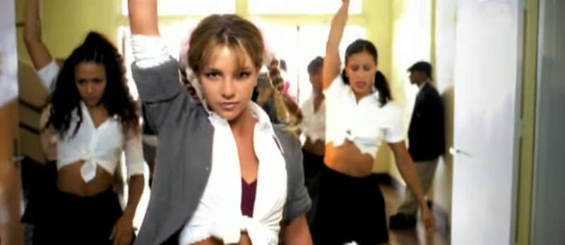 "Britney Spears im Musikvideo zu ""Hit Me Baby One More Time"""